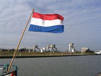 Nederlandse vlag ,met op de achtergrond de sluizen bij Hagestein op de Lek